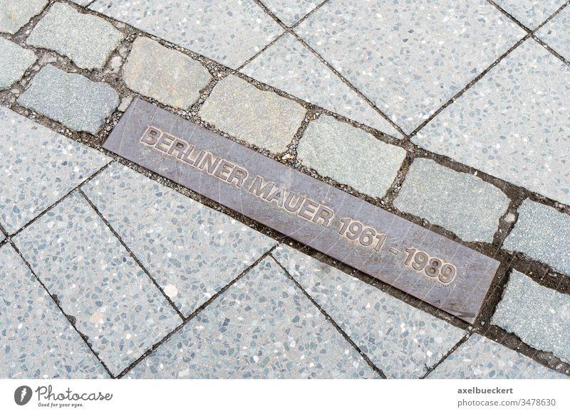 Gedenktafel zur Erinnerung an die ehemalige Grenze Berliner Mauer Deutschland Plakette Straßenbelag Bürgersteig reisen Ausflugsziel Wahrzeichen Tourismus