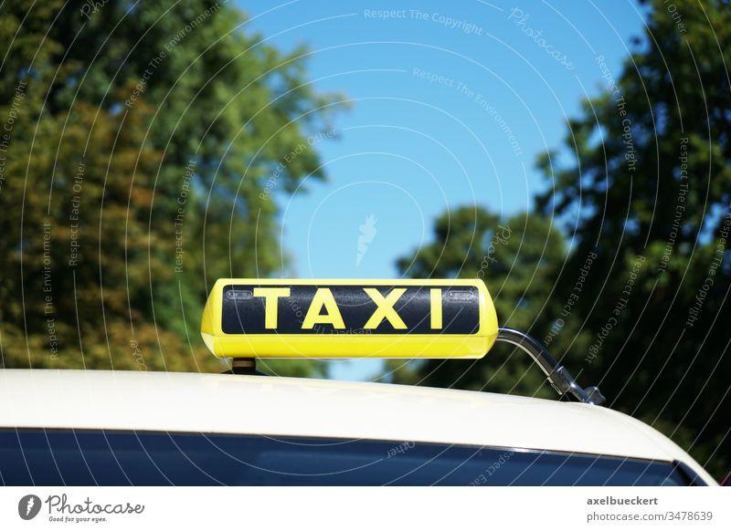 Taxi - Taxischild auf dem Autodach taxischild Taxi-Schild Taxistand Zeichen gelb PKW Dach Verkehr Transport reisen Baum Himmel Textfreiraum Symbol Automobil