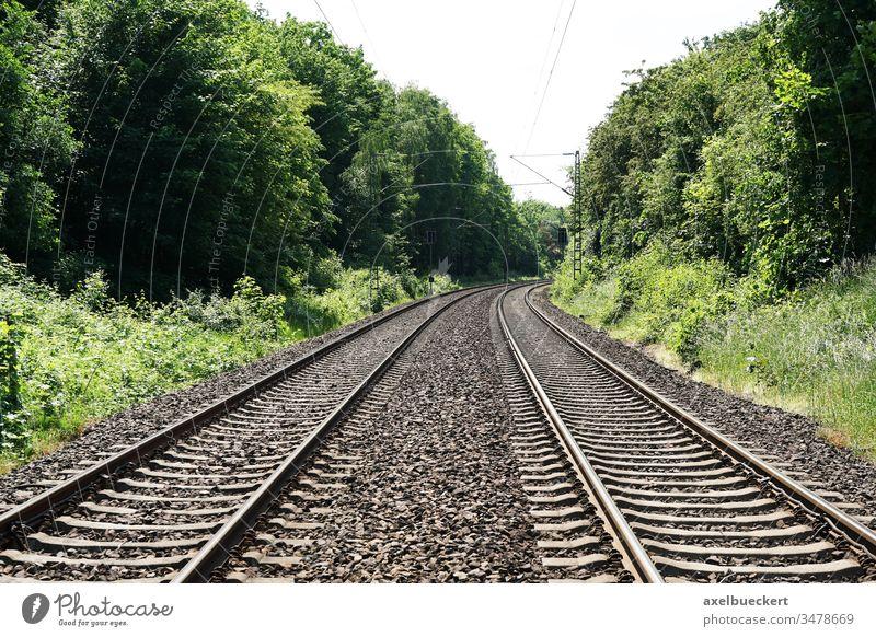 leere  Bahngleise - kein Reiseverkehr - Bahnreise Hintergrund mit Textfreiraum bahnreise Schiene Verkehr reisen Eisenbahn Zug Konzept Ausflug Transport Fernweh