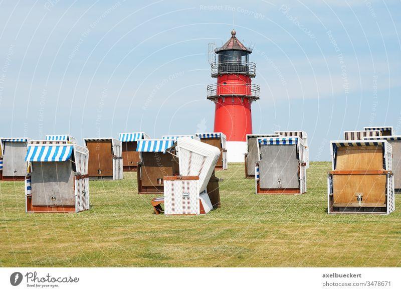 leere Strandkörbe auf dem Deich in Büsum büsum Leuchtturm Strandkorb Nordsee Küste Deutschland Landschaft reisen Urlaub Stadt Schleswig-Holstein maritim Natur