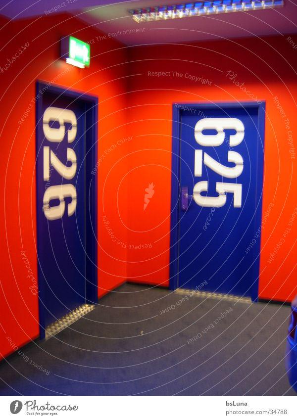 626 Hotel Raum Ziffern & Zahlen rot Stil Flur Architektur Tür Zimmernummer blau modern Hotelflur