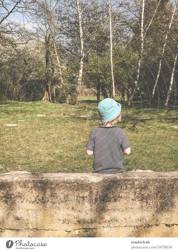 Kleine Wanze Kind Junge sitzen Mauer Birke Sommer Mensch Baum Natur Tag Kindheit 3-8 Jahre Leben Umwelt Außenaufnahme beobachten 1 Wald Ausflug Kleinkind