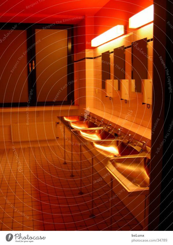 Bathroom Bad Spiegel rot Licht Stil Architektur Wachbecken modern Wachraum