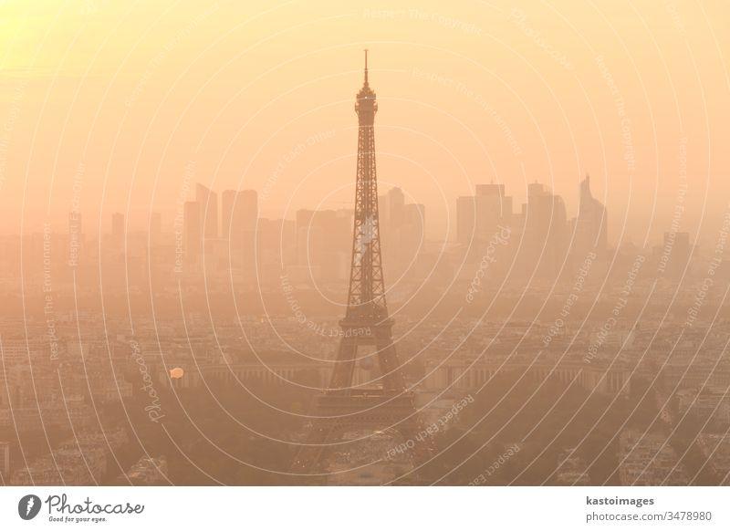 Luftaufnahme von Paris bei Sonnenuntergang. Tour d'Eiffel Turm Frankreich Skyline Großstadt reisen Wahrzeichen Stadtbild Panorama panoramisch Antenne Himmel