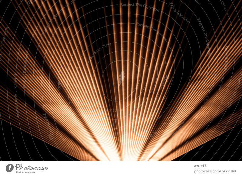 Orangefarbener Lasershow-Nightlife-Club und strahlend funkelnde Strahlen. Luxuriöse Unterhaltung bei Nachtclub-Veranstaltungen, Festivals, Konzerten oder Silvester. Strahlenstrahlen sind Symbol für Wissenschaft und Universumsforschung