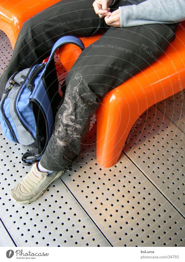 Birgit in Berlin Mensch Stil Schuhe Beine orange modern Stuhl Kunststoff Drache Bildausschnitt Rucksack