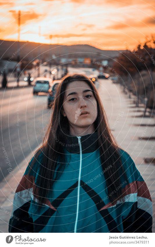 Vintage-Girl mitten auf der Straße mit einem Sonnenuntergang im Hintergrund Mädchen altehrwürdig Vintage-Mädchen Porträt orange süßes Mädchen niedlich schön