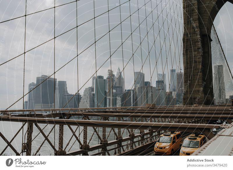 Zeitgenössische Stadt mit Wolkenkratzern und Brücke Großstadt PKW Stadtbild modern Gebäude New York State urban Architektur Metropole Stadtzentrum USA