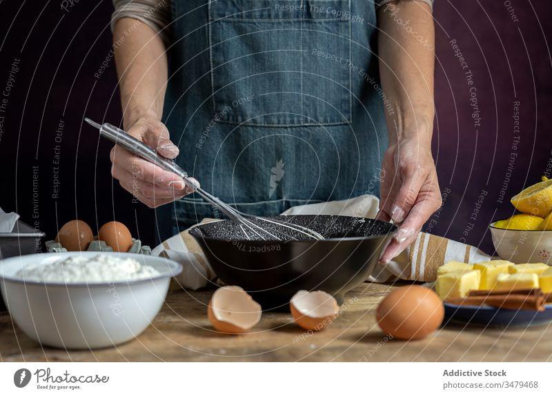 Gesichtslose Frau bereitet Eier mit Schneebesen in der Küche zu Koch Bestandteil Schalen & Schüsseln Holztisch Prozess Lebensmittel vorbereiten frisch Rezept