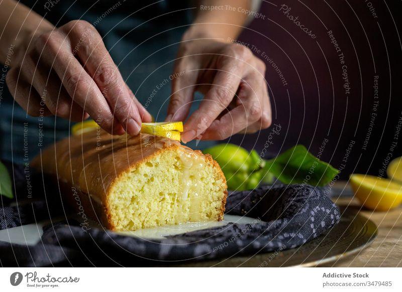 Anonyme Person, die hausgemachten Zitronenkuchen zubereitet Kuchen Gebäck backen Konditorei selbstgemacht Teigwaren Küche Feinschmecker Stoff Frucht Zucker