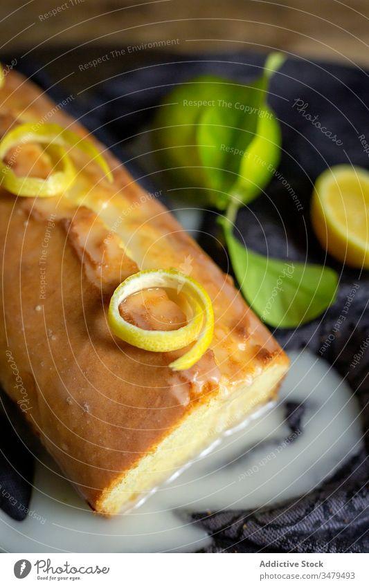 Hausgemachter Zitronenbiskuitkuchen Kuchen Gebäck backen Konditorei selbstgemacht frisch hölzern Teigwaren Küche Feinschmecker Stoff Frucht Hintergrund Zucker