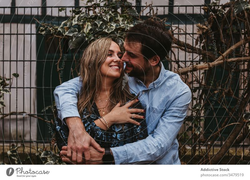 Glückliches verliebtes Paar umarmt sich auf der Straße Liebe Umarmen Umarmung Großstadt romantisch Zusammensein Zuneigung Termin & Datum Kuss Frankreich Bayonne