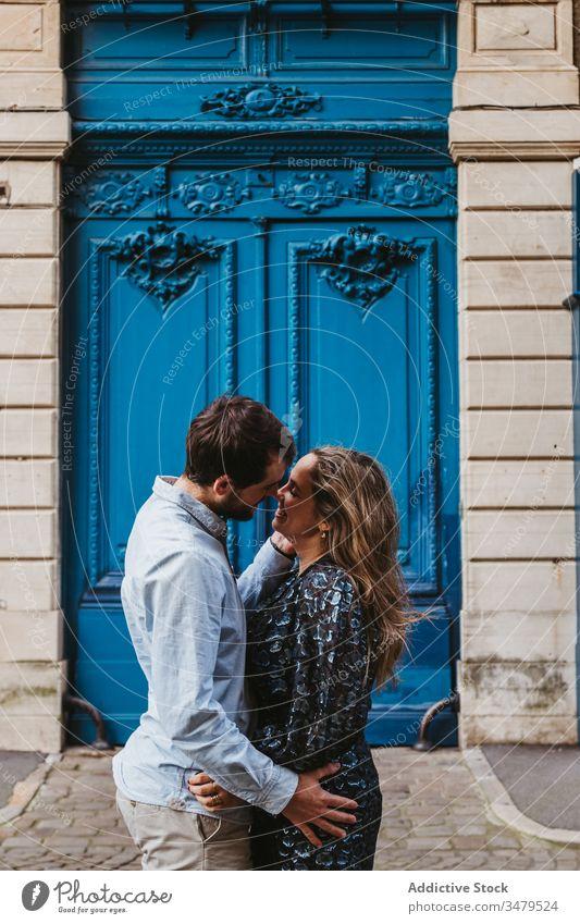 Liebliches Paar küsst sich in der Nähe eines alten Gebäudes Liebe Kuss Zusammensein Partnerschaft Umarmen Glück Großstadt historisch Stein reisen romantisch