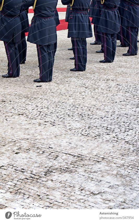 in Reih und Glied Mensch Mann blau weiß rot schwarz Erwachsene Straße grau Stein Beine Menschengruppe Fuß maskulin Rücken stehen
