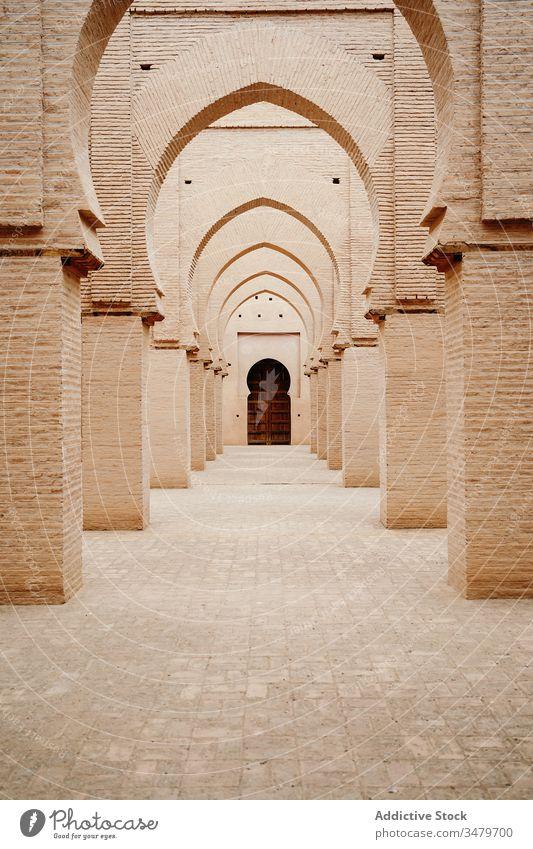 Klassische marokkanische Galerie mit Säulen und Bögen Architektur antik alt gealtert Stein Ornament Gebäude Marokko Tür Kultur historisch Tradition Erbe