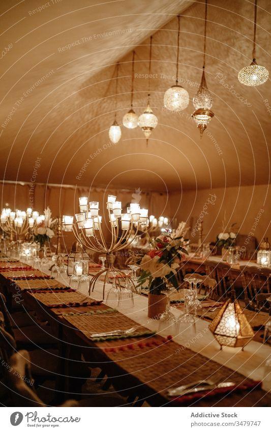 Inneneinrichtung eines orientalischen Restaurants Innenbereich altehrwürdig Tradition Marokko arabisch Orientalisch Design Lampe Tisch Dekor Stil Café