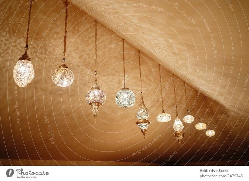 Traditionelle Glühlampen im Inneren des Zeltes Lampe Laterne Innenbereich Orientalisch Design Licht Marokko leuchten hängen hell Zimmerdecke Ornament glühen