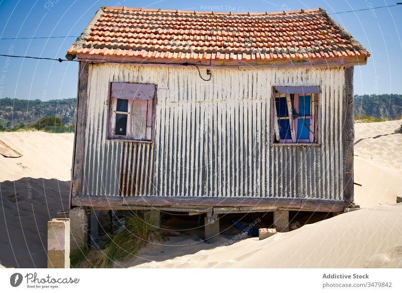 Altes schäbiges Haus am Sandstrand klein Küste Strand Gebäude Fassade ländlich Landschaft Außenseite Architektur sonnig Blauer Himmel Konstruktion Struktur