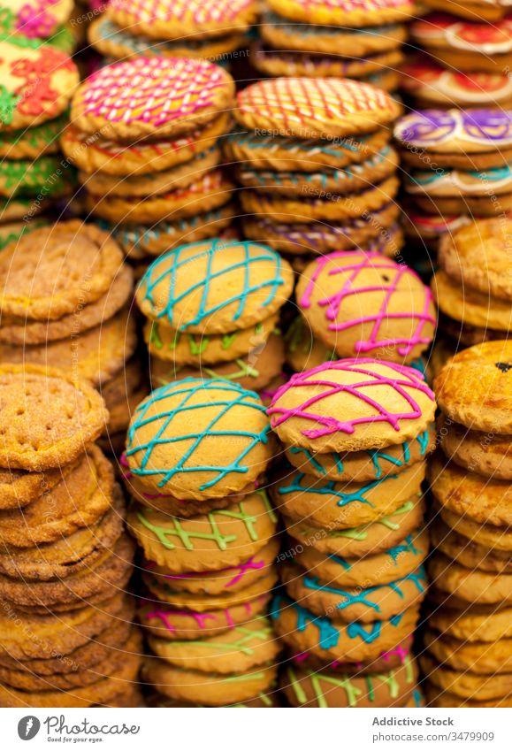 Süßes Gebäck mit bunter Glasur in Stapeln süß Keks farbenfroh dekorativ Zuckerguß Dessert Biskuit Lebensmittel lecker gebacken Leckerbissen Textur Hintergrund