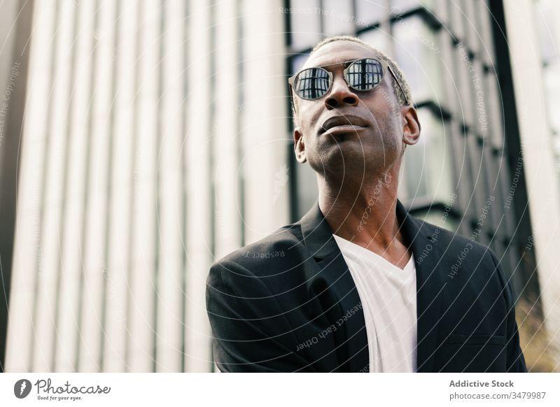 Eleganter schwarzer Geschäftsmann auf der Straße Stil Großstadt Gebäude Erfolg ethnisch urban modern selbstbewusst männlich professionell Unternehmer