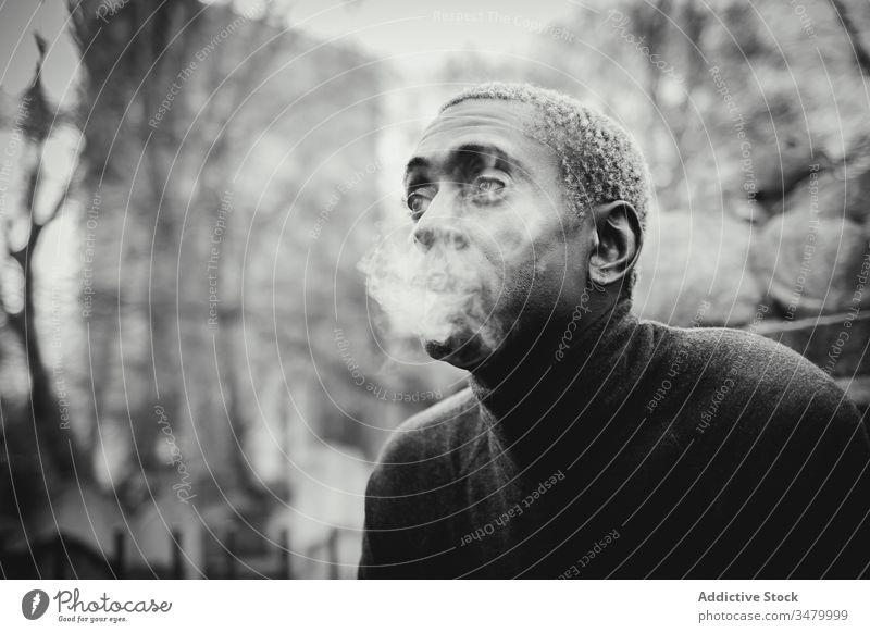 Schwarzer Mann raucht auf der Straße Rauch Park Großstadt ausatmen urban ethnisch sich[Akk] entspannen Tabak männlich Nikotin Süchtige Lifestyle Erwachsener