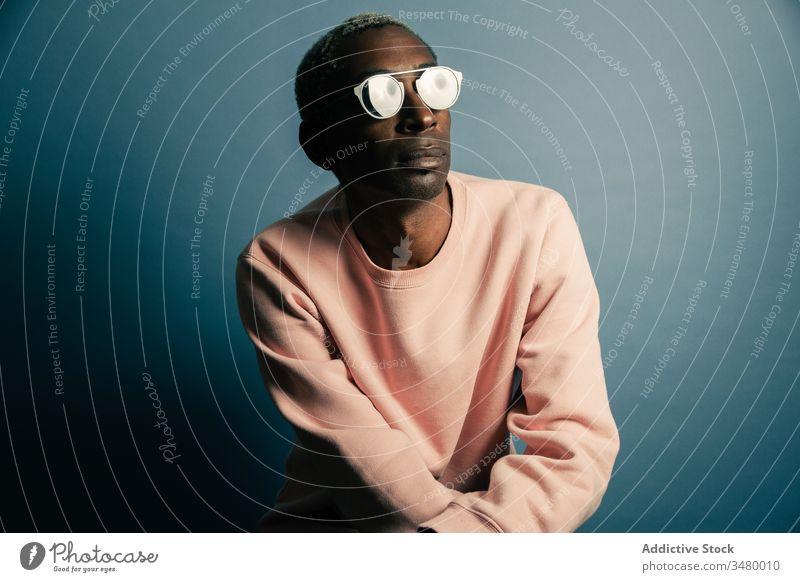 Schwarzer Mann in modischem Sweatshirt Stil modern Model Vorschein lässig ethnisch selbstbewusst Erwachsener männlich trendy cool positiv Zeitgenosse Outfit