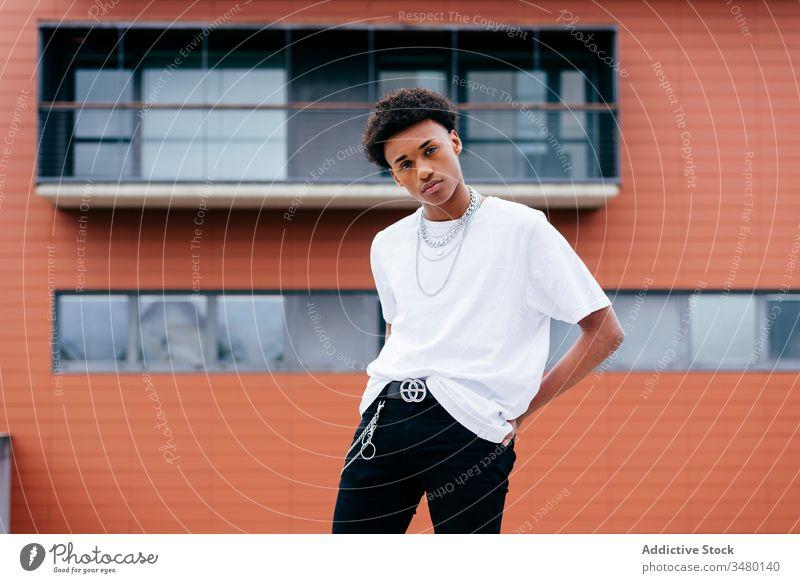 Stilvoller afroamerikanischer Mann steht auf der Straße Mode trendy anketten Halskette urban ethnisch modern jung Großstadt selbstbewusst Afroamerikaner schwarz