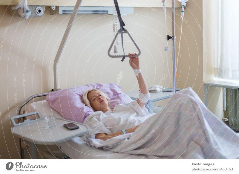 Bettlägerige Patientin, die sich nach einer Operation im Krankenhaus erholt. geduldig Pflege krank Frau Gesundheitswesen medizinisch Medizin wiederherstellen