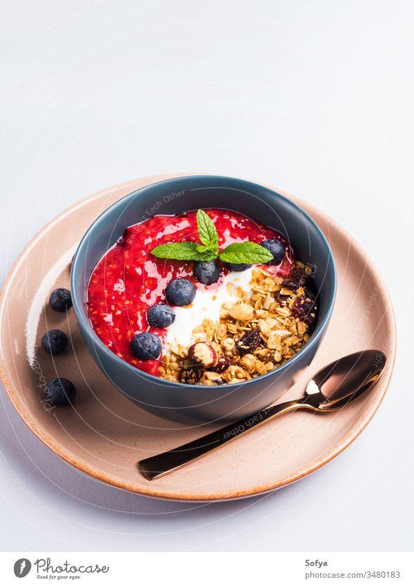 Joghurt-Smoothie-Schale mit gemischten Himbeeren Hafer lecker Konzept Müsli Frühstück Pastell Blaubeeren Gesundheit Hintergrund Schalen & Schüsseln