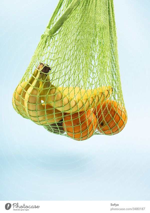 Einkaufstasche aus Netzgewebe mit Bananen. Null Abfall keine Verschwendung ineinander greifen wiederverwendbar Lebensmittel Tasche Konzept kaufen Baumwolle