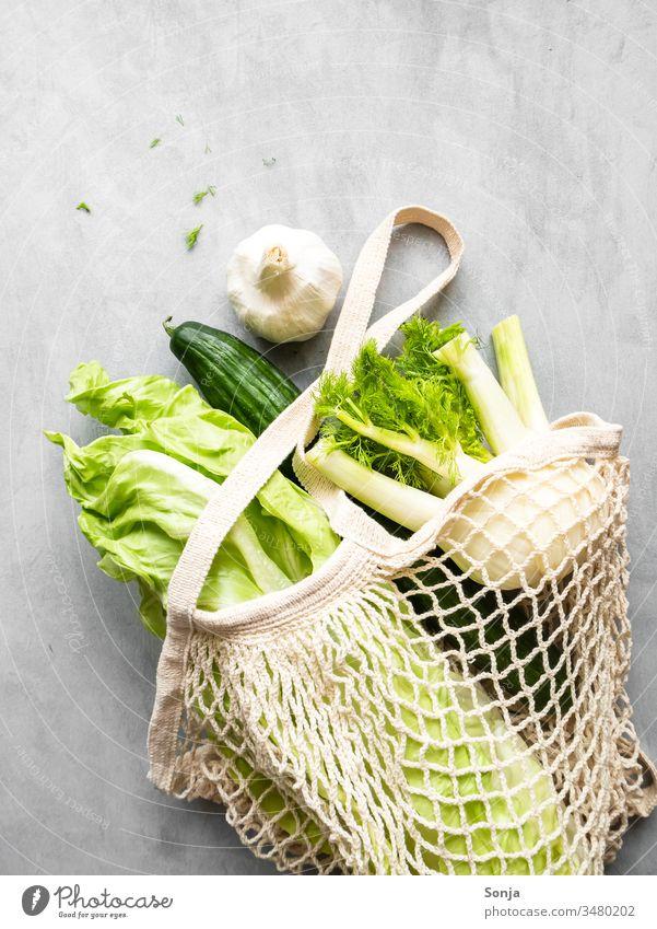 Grünes Gemüse in einer wiederverwendbaren Einkaufstasche auf einem grauen Tisch, gesunde Ernährung gesunde ernährung vitaminreich Gesundheit Lebensmittel