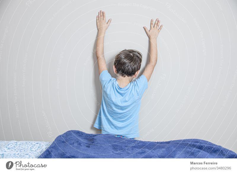 zu Hause eingesperrte Kinder. Spielen zu Hause während der Gefangenschaft im Inneren Innenbereich spielen farbenfroh Stock niedlich Freude Entwicklung