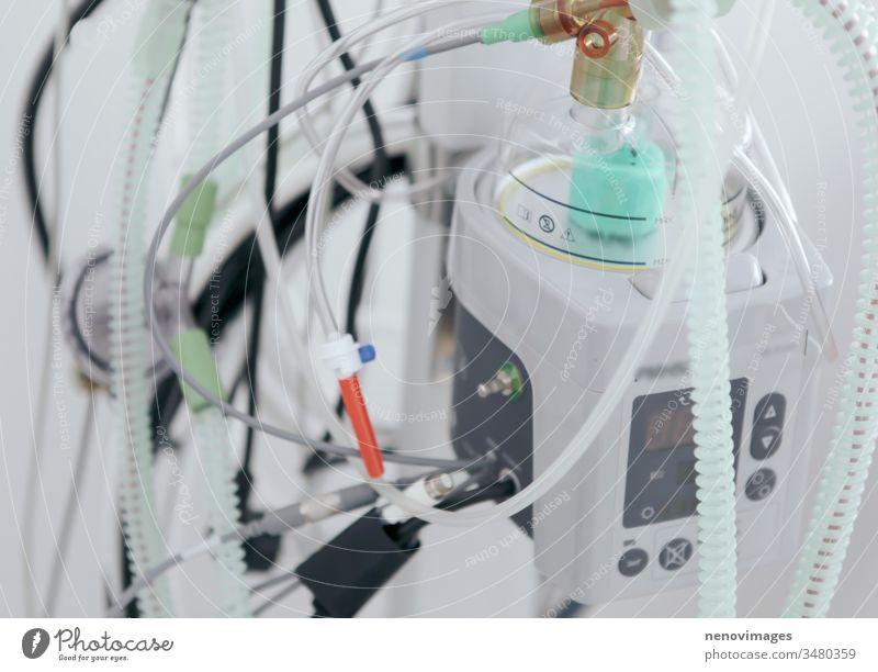Bild eines medizinischen Beatmungsgerätes. Beatmung im Krankenhaus. Lebensrettende Maschine für Patienten. Beatmungsgerät für die Intensivstation Einsparung