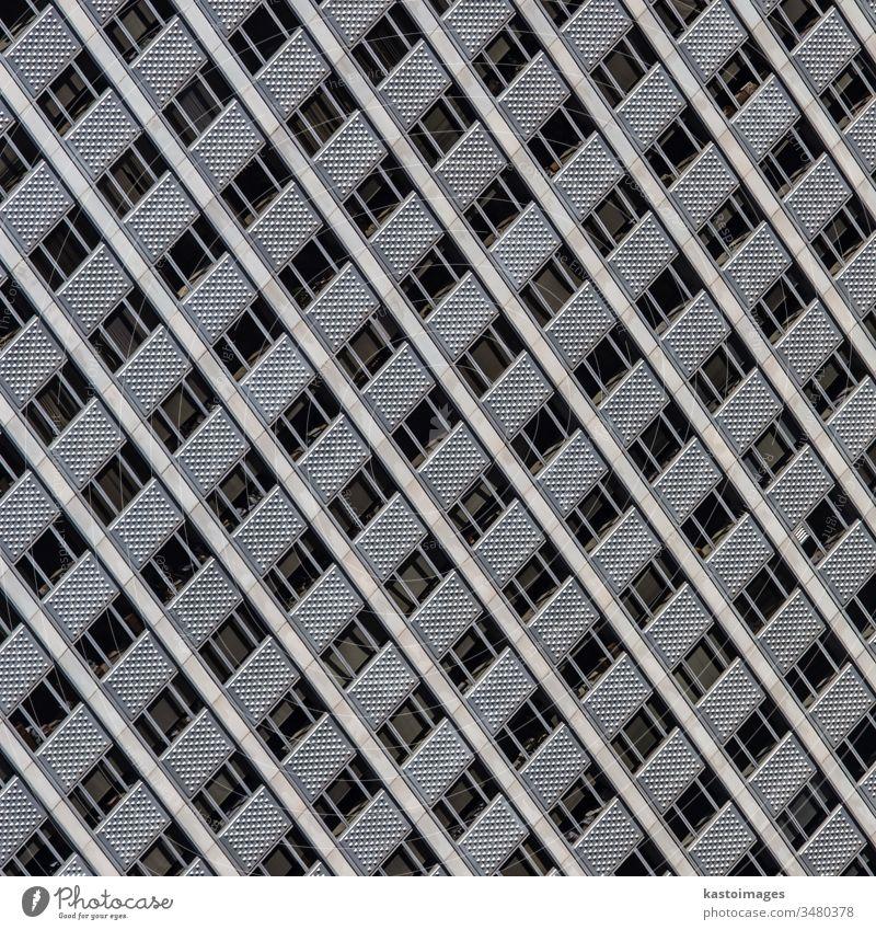 Fenster eines modernen Bürogebäudes. Architektur Fassade Muster Stahl Hintergrund Konstruktion Glas Design Anwesen Außenseite futuristisch hoch Licht urban