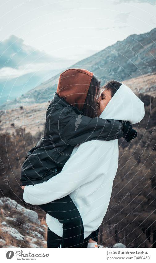 Glückliches Paar küsst sich mit einem Berg im Hintergrund Verliebtheit verwandt stimmig Vertrauen Partnerschaft Zusammensein Liebespaar Momentaufnahme Kuss