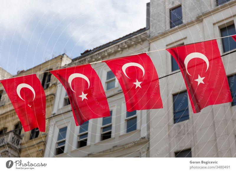 Türkische Flaggen auf der Straße von Istanbul, Türkei rot Hintergrund Truthahn Fahne national Architektur Kultur reisen antik Tourismus Stern Wand Land Symbol
