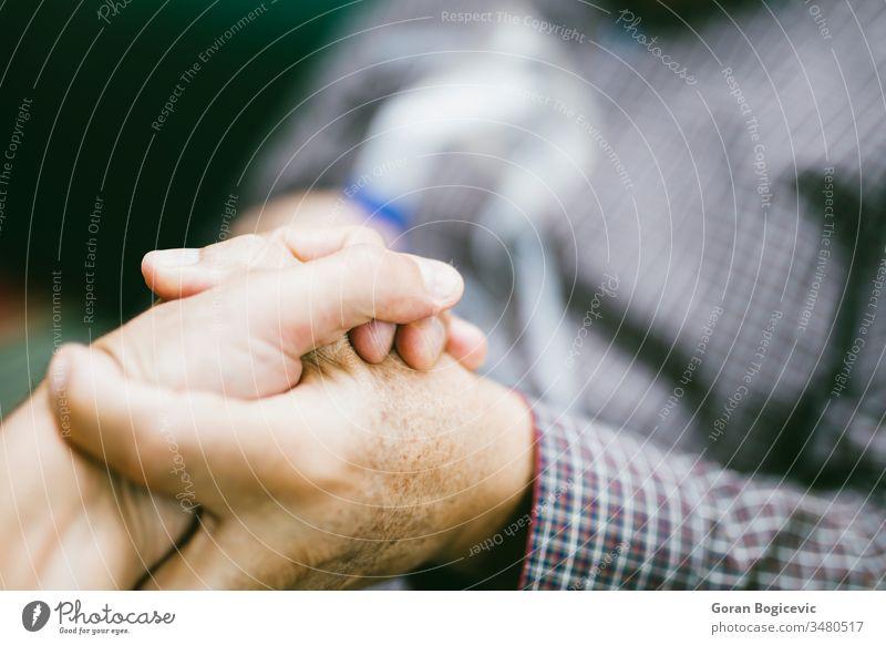 Händchenhalten zur Unterstützung eines älteren Mannes, der medizinische Geräte zur Inhalation mit Atemmaske, Vernebler Aerosol Air Allergie Asthma Asthmatiker