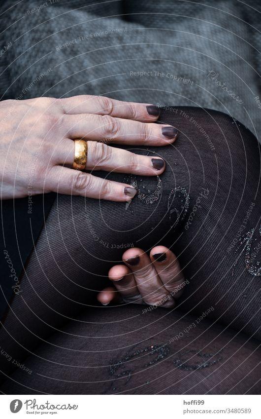 Hand, Ring, Knie und Strumpfhose - warten auf ... Finger Ehering Mensch Frau feminin Erwachsene Schwache Tiefenschärfe Detailaufnahme Junge Frau 18-30 Jahre