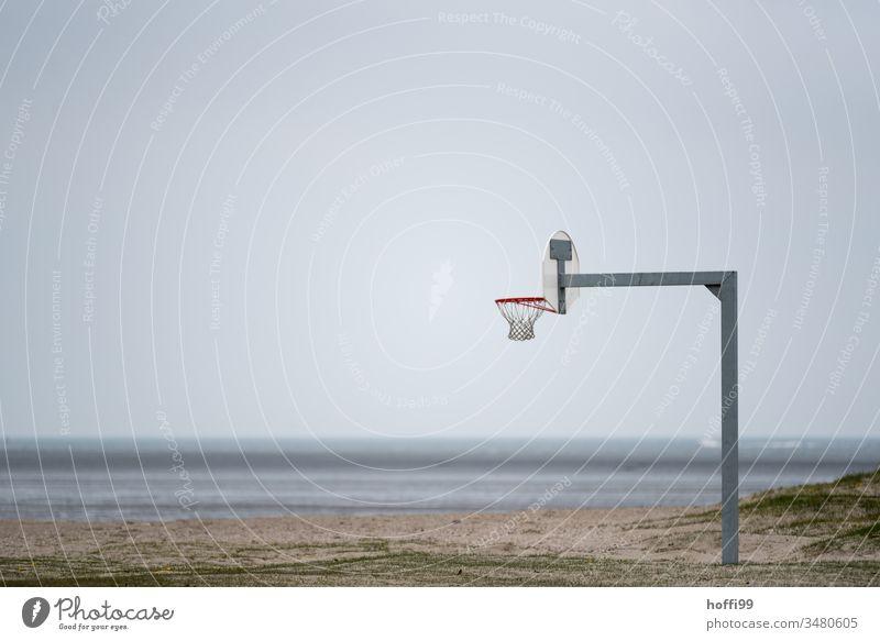 Basketball am Strand Basketballring basketballnetz basketballfeld Basketballplatz Basketballkorb Wangerland Nordseeküste Ruhe Außenaufnahme Wasser Meer Küste