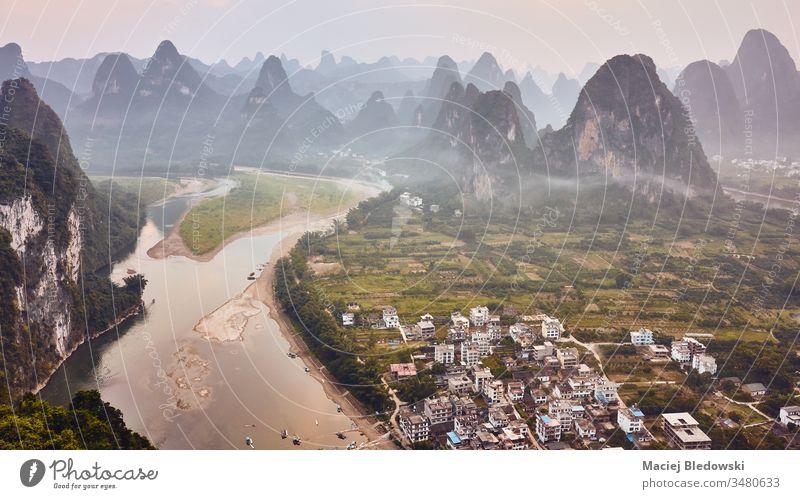 Karstlandschaft mit Li-Fluss bei Sonnenuntergang, China. Lijang Fluss Landschaft Asien reisen Xingping Antenne schön Abenddämmerung Berge Natur Bild ländlich