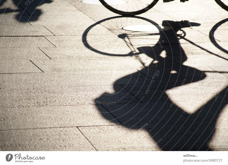 Schatten eines Fahrradfahrers Fahrradfahren Freizeit & Hobby Sport Mensch sportlich Freizeitsport Schattenspiel