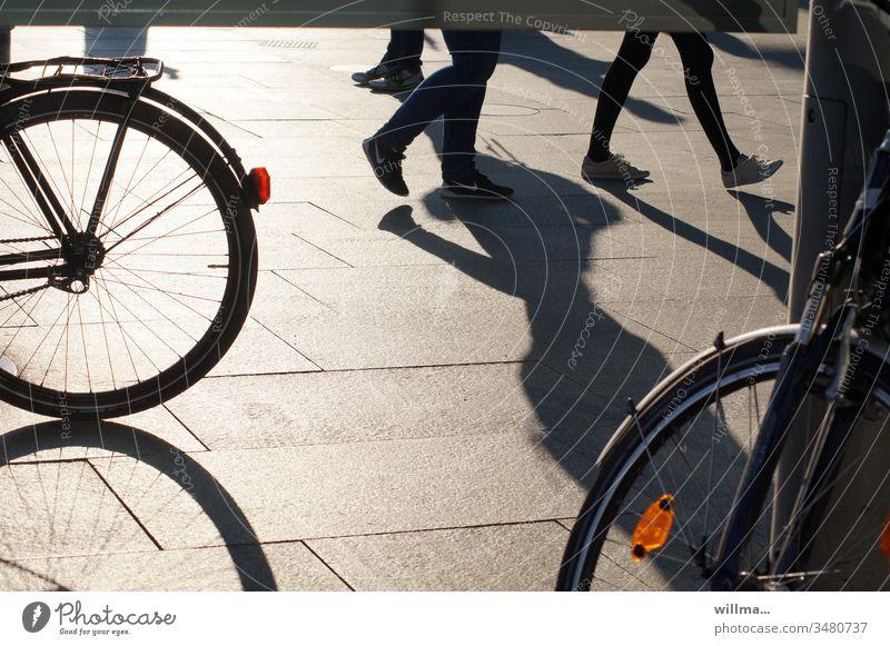 Beschattung freilaufender Beine in der Fußgängerzone auf der Suche nach gutem Rad Menschen Fahrrad Stadtleben gehen Schatten Fahrräder Rücklicht Reflektor