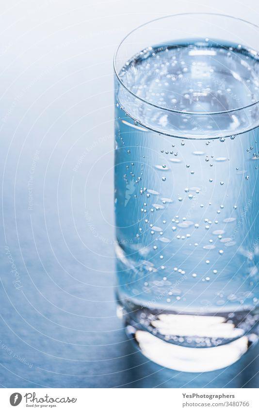 Glas mit Tonic Water auf blauem Hintergrund. Getränk Blauer Hintergrund Blasen klassisch Erfrischungsgetränk Kaltwasser cool Diät Trinkglas Getränke sprudelnd