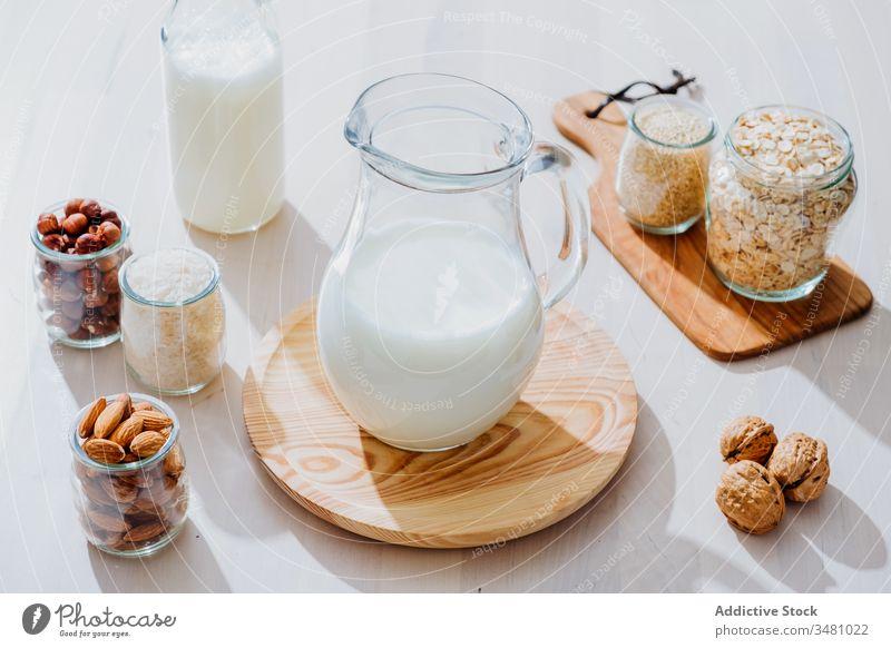 Zutaten für die Zubereitung von veganer Milch auf dem Tisch melken Veganer Gesundheit natürlich alternativ Glas Bestandteil Nut Lebensmittel Diät Hafer Mandel