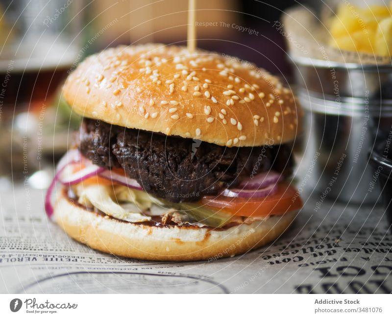 Leckerer Hamburger im Restaurant serviert Burger Rindfleisch lecker dienen Fastfood Mittagessen Abendessen Tisch Mahlzeit Fleisch Snack Küche geschmackvoll