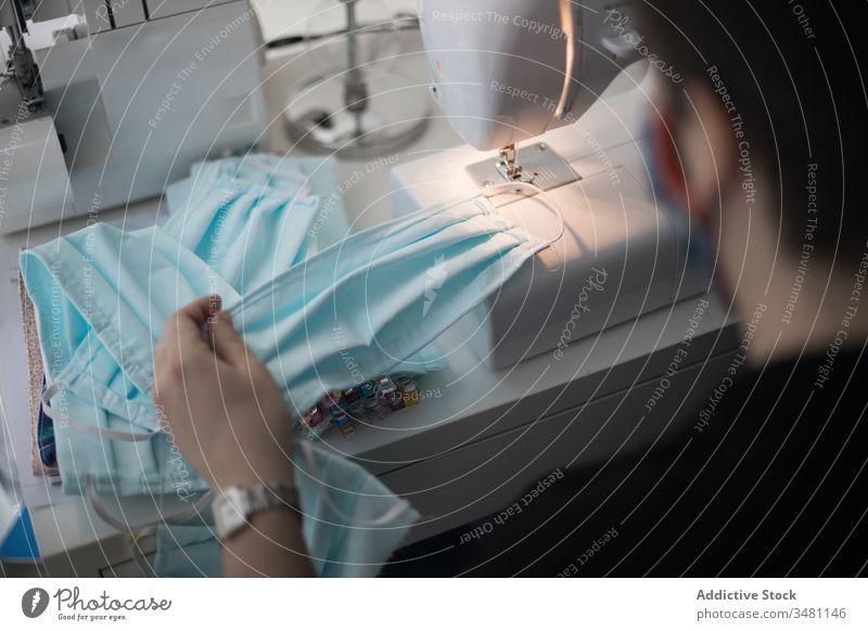 Frau stellt Gesichtsmasken für Coronavirus-Pandemie her Textil Krankenpfleger Gesundheit Gemeinschaft medizinisch Herstellung nicht textiler Stoff Schutz