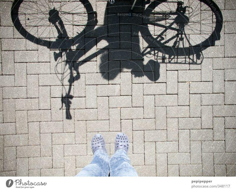 pantoffelheld Mensch Ferien & Urlaub & Reisen blau Sommer Straße Sport feminin grau Stein Fuß Linie maskulin Schuhe Freizeit & Hobby Fahrrad Verkehr