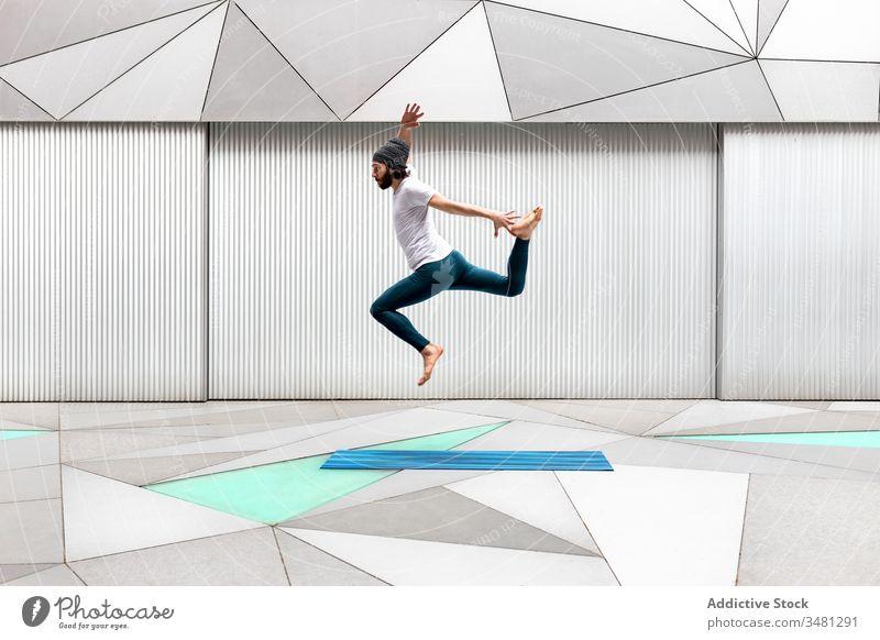 Mann springt während des Yogatrainings springen Training Übung Energie Geometrie Stock Gesundheit passen männlich üben Aktivität Lifestyle Wellness