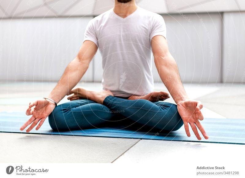 Anonymer Mann meditiert während der Yogaausbildung meditieren Lotus-Pose Training Geometrie Gesundheit Übung sich[Akk] entspannen männlich Fitness