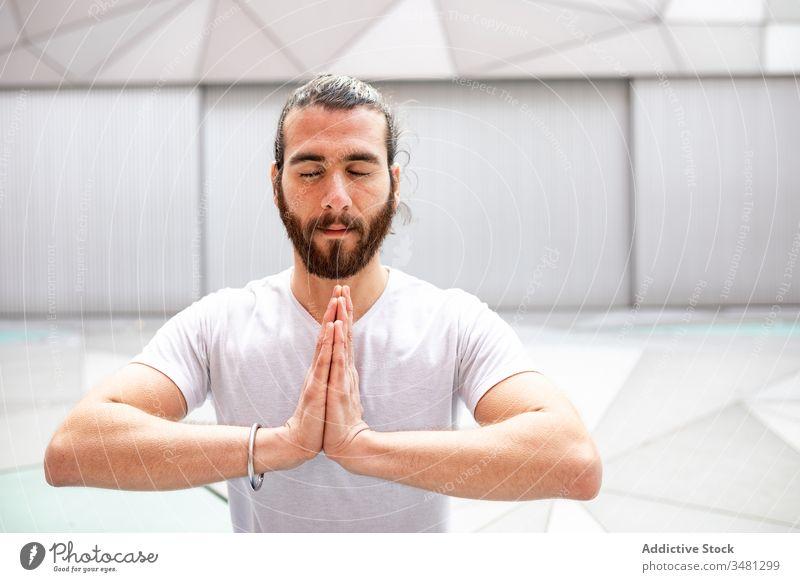 Bärtiger, meditierender Mann mit gefalteten Händen Yoga Training Geometrie Augen geschlossen Hände gefaltet Gesundheit Übung sich[Akk] entspannen männlich